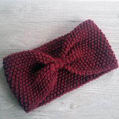 Parfait substitut au bonnet, le headband est un bandeau (style turban) tricoté à la main en laine 100% acrylique couleur bordeaux. Caractéristiques : - 10 cm de largeur - Son élasticité lui permet de sadapter aux tours de têtes les plus communs - Autres coloris possibles sur demande :