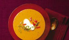 : Sie müssen kein Halloween-Fan sein, um Kürbisse zu lieben. Denn das farbenfrohe Herbstgemüse kann viel mehr sein als nur Grundlage für gruselige Grimassen. Wie hier - in einer schaurig scharfen Kürbis-Suppe mit einem Hauch von Asien