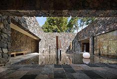 Incredible Stone Facade Design to Spike up Design of Buildings Hotel Portugal, Casa Patio, Stone Facade, Internal Courtyard, Stone Houses, Facade Design, Facade House, Modern Rustic, Rustic Chic