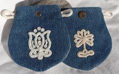 Kalotaszegi mintával, tarsolykák- övre fűzhető, vagy neszeszerként is használható Floral Embroidery, Embroidery Stitches, Embroidery Patterns, Hand Embroidery, Chain Stitch, Cross Stitch, Red Brolly, Hungarian Embroidery, Craft Patterns