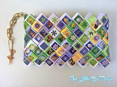 Envoltura de caramelo de Tinkerbell hecho a mano cartera Disney. Este bolso fue hecho de papel reciclado y pegatinas.  ¡Cada cartera o monedero es único y no se repite! Es impermeable protectora con laminación de papel.  Una cadena con un encanto en la cremallera.  Materiales: papel reciclado, laminar materiales, materiales de costura, cremallera, cadena.  Tamaño: 16 x 10 x 2 cm  Cada cartera viene con su bolsa de regalo hecho a mano. Por favor, no dude en contactarme si necesita más…