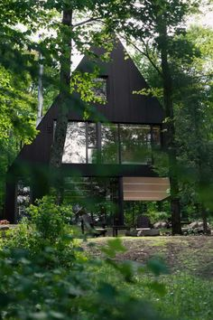 18 Modern House In The Forest // This black cabin is a summer home surrounded by a Hemlock forest in eastern Canada. Jean Verville designed this contemporary cabin. Photography by Maxime Brouillet. Architecture Durable, Casa Retro, Contemporary Cabin, Forest Cabin, House In The Forest, Black Forest House, Forest Design, A Frame House, Amazing Buildings