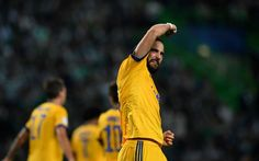 Juventus' Argentinian forward Gonzalo Higuain celebrates after scoring the equalizer goal during the UEFA Champions League football match Sporting CP vs Juventus FC at the Jose Alvalade stadium in Lisbon on October 31, 2017. / AFP PHOTO / FRANCISCO LEONG
