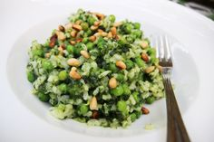 Groene risotto met spinazie en doperwten (vegetarisch recept) Rice Recipes, Pasta Recipes, Healthy Recipes, Good Food, Yummy Food, Rice Dishes, Lunches And Dinners, Food Porn, Easy Meals