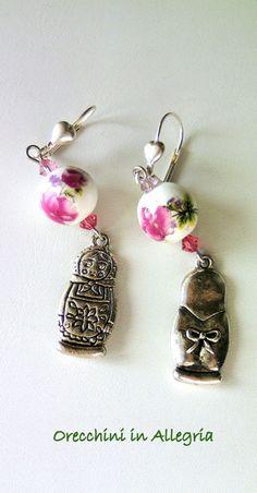 Orecchini con pendente in argento tibetano, 2 perle in ceramica e piccoli biconi Swarovski in due tonalità di rosa.Le monachelle con cuoricino, son...