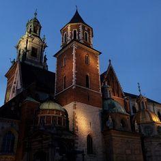 La cattedrale del castello di Wavel in una veduta notturna #Cracovia