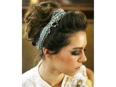 Tocado para novia de diadema con peinado de chongo alto