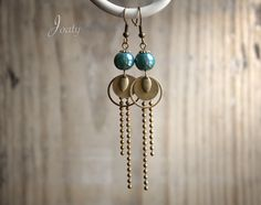 Boucles d'oreilles bronze, perles en céramique bleu de Prusse : Boucles d'oreille par joaty