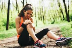 Knee Pain Symptoms - Timing of Pain: While going down stairs: Pain while walking down steps is very commonly associated with kneecap problems, such as chondromalacia.