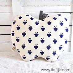 Wát een leuk  kussen, in de vorm van een appel! Staat supergezellig op je bank, stoel, in de woonkamer of kinderkamer.  Het kussen is gemaakt van een ongebleekte katoen en heeft een donkerblauwe appeltjesprint. Het blaadje en steeltje bovenop zijn van grijs vilt en de nerven zijn er met katoendraad in geborduurd. Verkrijgbaar op www.lieflijk.com