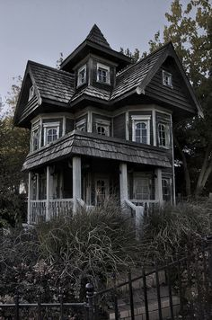 Thanks to for this image of beautiful creepy goth house. Maybe Ill have one one day! Old Abandoned Buildings, Abandoned Mansions, Old Buildings, Abandoned Places, Beautiful Architecture, Architecture Design, Scary Houses, Second Empire, Gothic House