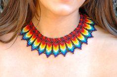 collar de piedras chaquiras realizado por la tribu Embera de Colombia...