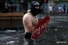 Known as 'PareMan', the muscular figure rose to fame after being photographed using traffic sign as shield during clash with police. Anti Social, Rage, Chile, Ck Fashion, Protest Posters, Street Dogs, Muscular Men, Science And Nature, Public Transport