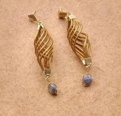 Brinco em capim dourado;  formato em onda com pedra;  base de metal dourado.