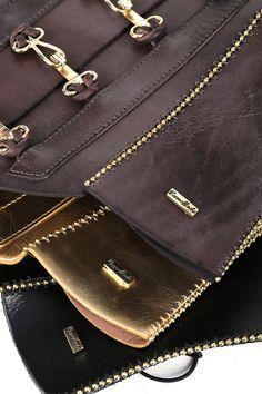 Corselets - em couro com fecho para dar um toque romântico às produções.