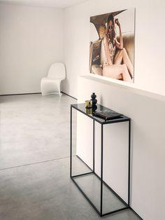 Konsolentisch. Gestell ist aus Metall. Unterseite der Platte aus Klarglas ist in der jeweiligen Gestellfarbe lackiert. Design: F/P Design