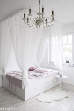 schönstes und günstigstes DIY Himmelbett – Anleitung zum Selberbauen Instructions for a super cheap four-poster bed. A DIY that makes the hearts of little and big princesses beat faster! Cheap Canopy Beds, Diy Canopy, Decoration Chic, Decoration Bedroom, Diy Bett, Four Poster Bed, Poster Beds, Teen Bedding, Kid Beds