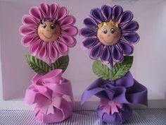Aprende cómo hacer un hermoso regalo de flores en foami Cd Crafts, Foam Crafts, Flower Crafts, Hobbies And Crafts, Diy Flowers, Fabric Flowers, Diy And Crafts, Paper Crafts, Ribbon Flower Tutorial