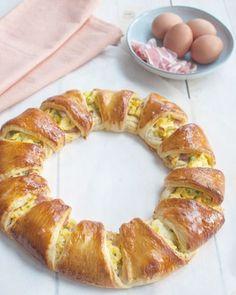 Met deze croissantkrans met roerei en bacon wordt elk ontbijt een feestje. Makkelijk om te maken en snel klaar. Alleen voor echte levensgenieters.