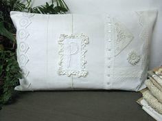 réf 108. coussin rectangle est une belle association de tissu et dentelle blanche