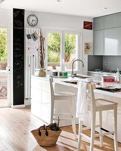 http://www.inrichting-huis.com/wp-content/afbeeldingen/grijze-keuken-op-maat-gemaakt2.jpg