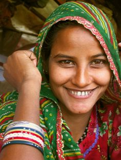 Young Woman, Uttar Pradesh, India by Gunter Kraus - Pixdaus Aren't women more beautiful when they wear little or no makeup. We Are The World, People Around The World, Beautiful World, Beautiful People, Beautiful Smile, India People, Beautiful Inside And Out, Happy People, Smile Face