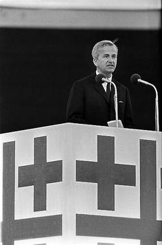 """Der Freiherr, am 15. April 1920 in Stuttgart geboren, stammt aus dem schwäbischen Bildungsbürgertum, wächst im """"preußischen"""" Berlin heran, gilt als liberal-konservativ und pflegt als Diplomaten-Sohn Weltoffenheit. Er ist ein Mann aus der Wirtschaft, Protestant und Kirchentagspräsident - und ein brillanter Redner."""