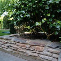 Gestapelde Natuurstenen Muren maken met vlakke Flagstones! Foto's Flagstone, Fireplaces, Sidewalk, Fireplace Set, Fire Places, Side Walkway, Paving Stones, Walkway, Fire Pits