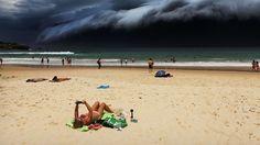 Eine Sturmfront zieht am australischen Bondi Beach auf.