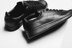 """Have you had enough of the """"Triple Black"""" fever, or are you thirsty for more? If you answered yes to the latter, the newest adidas Stan Smith should have the remedy to your fix. Yes, we've see other monochromatic releases … Continue reading → Adidas Stan Smith Noir, Stan Smith Men, Stan Smith Shoes, All Black Adidas, Look Adidas, All Black Sneakers, Men's Sneakers, All Black Stan Smiths, Triple Black"""