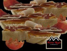 Tostas de tomate seco triturado con aceite de oliva virgen extra y jamón ibérico #MonteRegio ¡Buenos días!