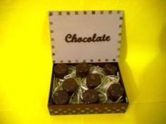 Linda caixa para presentear com chocolates, detalhe da palavra chocolate em mdf. <br>FOTO MERAMENTE ILUSTRATIVA, NÃO ACOMPANHAM OS CHOCOLATES. <br>Aceito encomendas de pães de mel e trufas; preços sob consulta