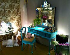 Laca azul Tiffany na penteadeira! O espelho bacarat com florão ficou perfeito nela, não ficou? :)) #decor