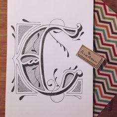 Letra C pronta!  . ________  Estou ilustrando um alfabeto. Vou fazer uma letra por vez. Em tempo real vou estar lá no snap (@byalinealbino) mostrando para vocês e depois eu vou aplicar as letras em produtos da @toutsbrasil e @colab55  .  #typespire #goodtype #thedailytype #thedesigntip #handlettering #lettering #typography #calligraphy #typeveryday #handmadefont #typoholic #creativity #letter #words #design #handmade #byalinealbino