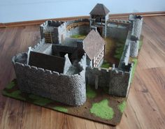 The album presents a model of a medieval castle, entirely designed and made by me. Made of cardboard, plaster and wood. Castle designed for strategic battle games on scale like Lord of the Rings SBG or Warhammer Bretonnia. Model Castle, Toy Castle, Cardboard Box Crafts, Cardboard Castle, History Medieval, Medieval Times, Ancient History, Rpg World, Chalkboard Drawings