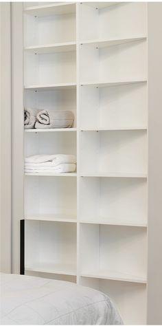 Platzsparend gestalten wird gerade bei kleinen Räumen zu einem wichtigen Thema. Hier wurde ein Schrank auf die spitzzulaufende Wand angepasst. Die Türen in Wandfarbe lackiert lassen den Schrank optisch verschwinden. ------------ Layout, Bookcase, Shelves, Projects, Design, Home Decor, Space Saving, Little Kitchen, Paint