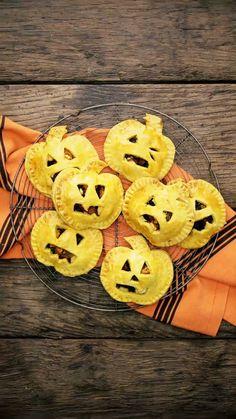 These scary faces hide a tasty veggie filling. Spooky Treats, Halloween Treats, Vegetarian Recepies, Buzzfeed Tasty, Good Food, Yummy Food, Rainbow Food, Maquillage Halloween, Pie Dessert