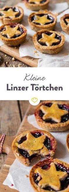 Die Mini-Versionen der großen Linzer Torte sind angenhem handlich, hübsch anzusehen und geschmacklich stehen sie ihrem großen Vorbild in nichts nach.