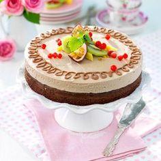 Hasselnötter, nötkräm, mjölkchoklad och nougat är huvudaktörerna i denna tårta, som är perfekt att ha på lut i frysen när det vankas fest eller när man får oväntat besök!