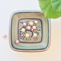 Perler til 🍒 og 💋 #cherryberry #cherryring #kirsebær #kirsebærring #meringues #meringuekisses #småkys #småkysørekrøller #freshwaterpearls #southseapearls #ferskvandsperler #southseaperler  #gold #guld #silver #sølv #diamond #diamant #smykker #jewelry #jewellery #guldsmed #jeweller #goldsmith #handcrafted #handmade #danishdesign #guldsmedlouisedegn
