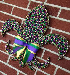 Mardi Gras bead fleur de lis - cardboard backing? Mardi Gras Wreath, Mardi Gras Decorations, Mardi Gras Beads, Dance Decorations, Mardi Gras Outfits, Mardi Gras Costumes, Mardi Gras Food, Mardi Gras Party, Bead Crafts