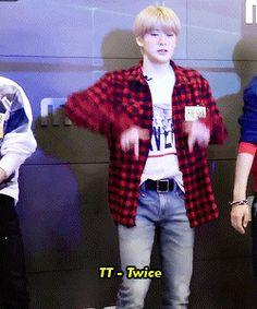 Jaehyun: *Utiliza el buen pedazo de carne que es su cuerpo para hacer que te pongas de acuerdo con una fiesta *