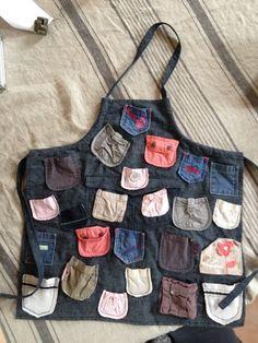 Voici mon tablier de comptines faites de poches de pantalons de bébé. Je me suis régalée à coudre tout ça ce week-end et mes élèves ont adoré sortir des poches les petites marionnettes à doigts et chercher la chanson qui correspond. Trop bien cette idée...