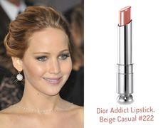 Afirmar que Jennifer Lawrence foi de Dior da cabeça aos pés não é exagero algum. A atriz, que também é garota-propaganda da bolsa Miss Dior, usou a marca até mesmo na maquiagem. Ser o rosto da grife tem benefícios pra lá de vantajosos, não é mesmo, v