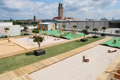 Daycare Karlsson in Berlin is located on the roof of a parking lot. The playing area is divided into three areas including meeting places, a circuit for tricycles, an area for lounging, portions of games with sand. It is the firm Schirmer who developed the project.