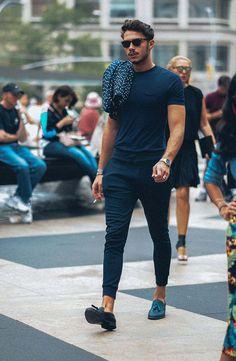 スポーツミックススタイル、アスレジャースタイルの台頭によって、すっかりおなじみとなった「ジョガーパンツ」。足元にスニーカーをあわせたスタイルとの相性は抜群なのは言うまでもない上に、コーディネートの幅はカジュアルからジャケットスタイルまで幅広い。今回はジョガーパンツにフォーカスして注目の着こなし&アイテムを紹介! ジョガーパンツ×スリッポンコーデ ブラウンのジョガーパンツにダークブラウンのスリッポンを合わせてグラデーションを表現したリラックスコーディネート。トップスにブラックのロングスリーブを合わせて締まりのある印象に。 aliexpress Akademiks PANTS 2000年にNYCにてスタートしたブランド「Akademiks(アカデミクス)」。コットン100%の生地で仕立てられたジョガーパンツ。ウエストにもゴムベルトを採用。 詳細・購入はこちら ジョガーパンツ×ランニングスタイル その名の通り、ジョギングスタイルにジョガーパンツを合わせたスポーティなスタイリング。ボトムはダークトーンで固めながら、トップスにブルーのカットソーをチョイスしてアクセントをプラス...
