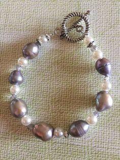 Pulsera perla morada y gris con broche especial