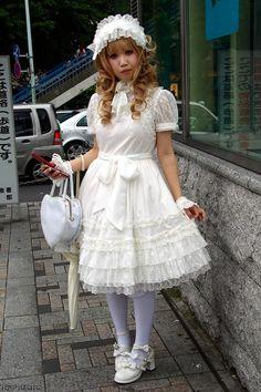 Shiro Lolita street snap (2009)