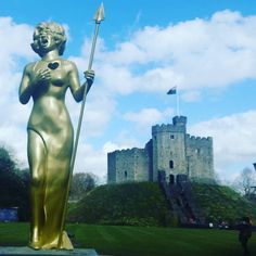 The beautiful and talented Dame Shirley Bassey honoured by Statue at Cardiff Castle  #traverse16 #findyourepic #wales #cardiff #cardiffcastle #uk #tblogger #travelbloggers #lbloggers #lbloggersuk #dameshirleybassey #music #history by chanel_a_williams