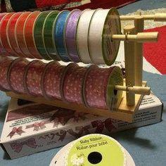 Jetzt können Sie organisieren Ihre Lieblings Bänder oder Draht Spule nach Spule ohne ein Kabelsalat! Dieser entzückende vier Rack-Band/Draht-Halter ist aus massivem Holz gefertigt, hält 75 + Spulen (basierend auf 3 1/4 breit Spulen) direkt an Ihren Fingerspitzen. Ihre Spulen sitzen